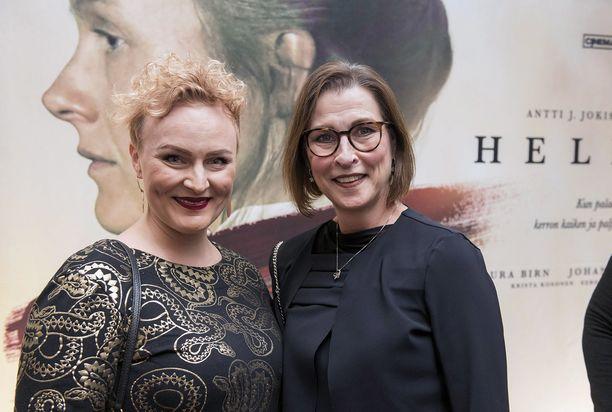 Erja Häkkinen (oik.) edusti Helene-elokuvan kutsuvierasensi-illassa kollegansa Leonna Aho-Ryhäsen kanssa.