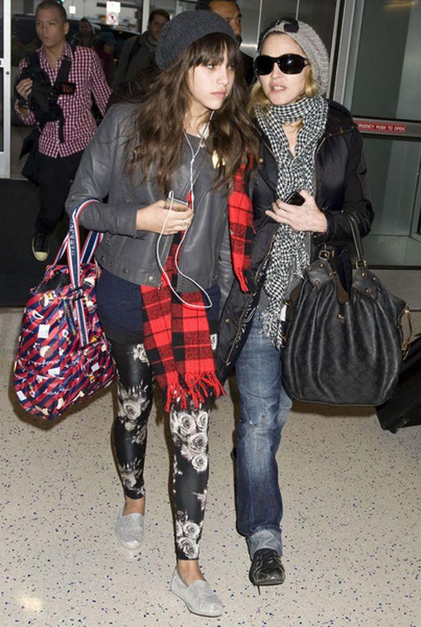 Madonna tyttärensä Lourdesin kanssa JFK:n lentokentällä New Yorkissa sunnuntaina. Tähti oli matkalla Lontooseen lastensa kanssa.