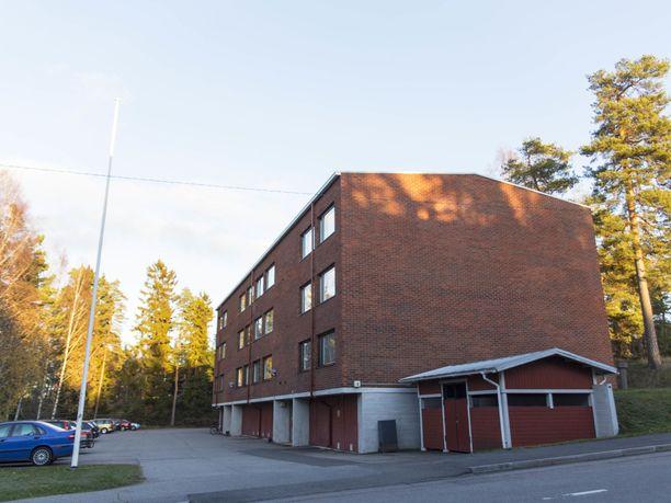 Uhri löytyi epäillyn asunnosta Haltijantieltä. KRP:n tutkijat herättivät huomiota naapurustossa.