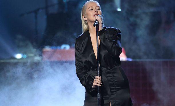 Christina Aguilera nousi lavalle esittämään Whitney Houstonin menestyskappaleen.