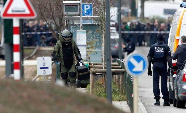 Schaerbeekin alueelle hälytettiin myös pommiryhmä. Suojavarusteisiin pukeutunut räjähdeasiantuntija tarkasti epäilyttävän esineen.