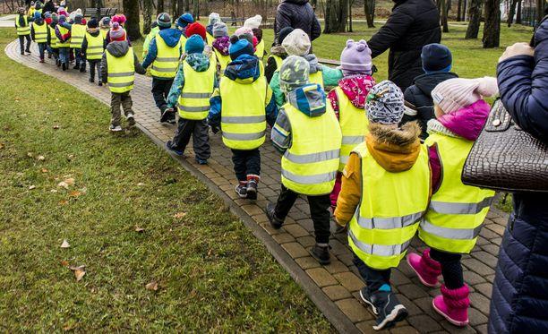 Lapsen kanssa on hyvä käydä tutustumassa paikkoihin ja uusiin kavereihin etukäteen.