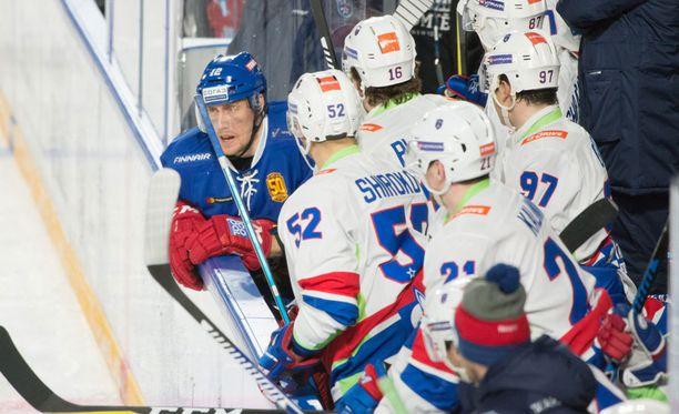 Marko Anttila vieraili SKA:n vaihtoaitiossa, mikä ei ilahduttanut SKA:n pelaajia.
