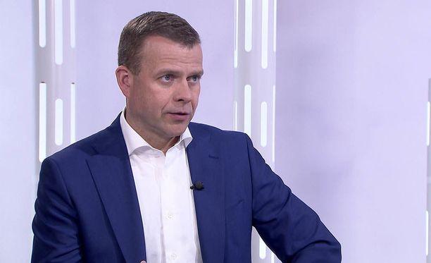 Petteri Orpo on joutunut puolustamaan maakuntauudistusta puoluetoveri Jan Vapaavuoren kritiikkiä vastaan.