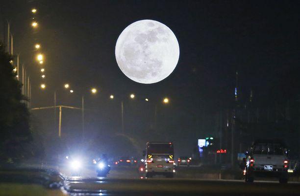 Superkuu valaisi yötä Myanmarin pääkaupungissa Naypyidawissa.