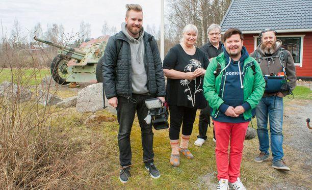 Janne Kataja arvioi kuvausryhmänsä kanssa lapualaisten vieraanvaraisuutta.
