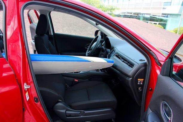 Taittuvan etuistuimen ansiosta HR-V:ssä voi kuljettaa helposti yli kaksimetristä surffilautaa.