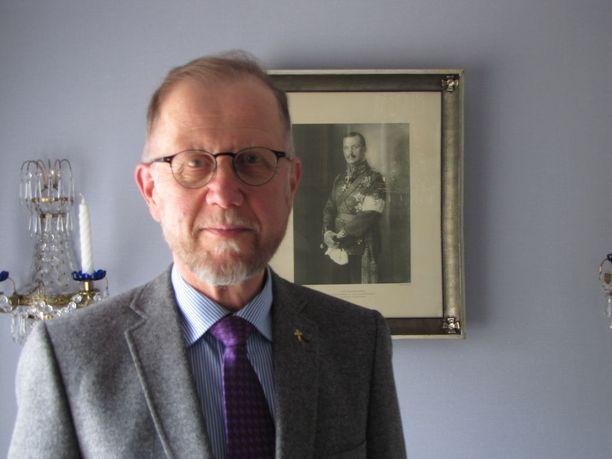 Tuomas Salminen viimeistelee tiedeartikkelia Mannerheimin uskonnollisuudesta.