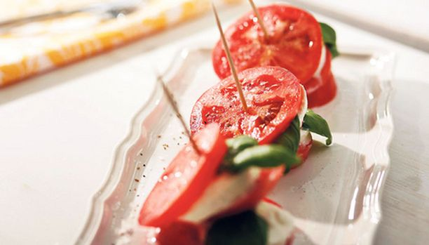 Cocktail-tilkut pitävät tomaatti-mozzarellatornit pystyssä.