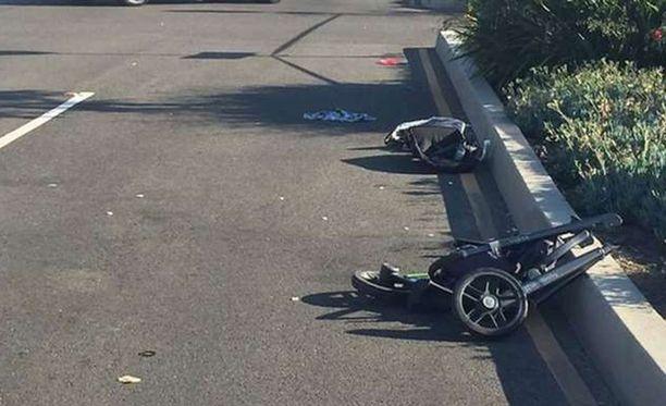 Lastenvaunut menivät kolarissa kahtia.