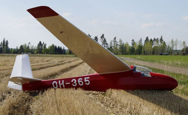 Lentäjä ei loukkaantunut maastolaskussa, eikä koneeseenkaan tullut vakavia vaurioita.