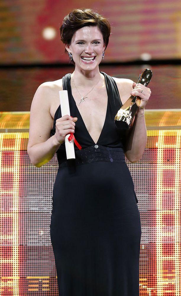 Krista pokkasi palkinnon yksinkertaiseen mustaan iltapukuun pukeutuneena.