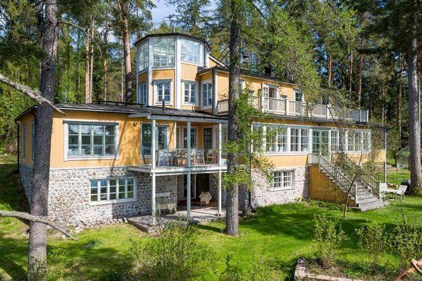 Tämä huvila lasikuisteineen ja tornihuoneistoineen Karjalohjalla kiinnostaa suomalaisia. Talo sijaitsee Puujärven rannalla.