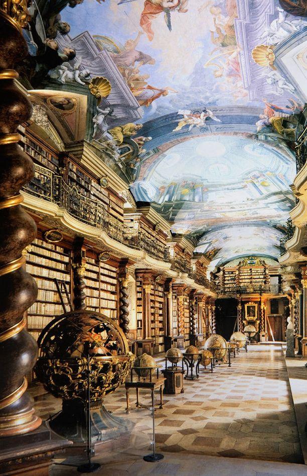 Klementinumin barokkikirjasto muistuttaa kirkkoa.