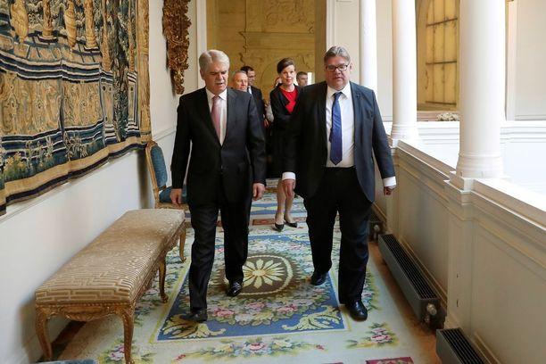 Soini tapasi tammikuussa Espanjan ulkoministerin Alfonso Dastisin Madridissa.