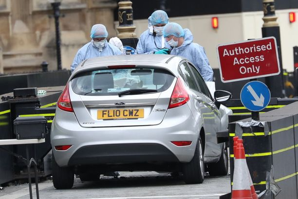 Viranomaiset tutkivat ajoneuvoa ja tapahtumapaikkaa Lontoossa tiistaina.