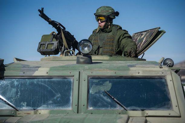 Ukrainalle kuuluvalle Krimin niemimaalle ilmestyi helmikuussa 2014 tunnuksettomia sotilaita. Heidän univormunsa olivat hyvin samanlaiset kuin Venäjän armeijalla, mutta niin sanottujen vihreiden miehien arvellaan olleen palkkasotilaita.
