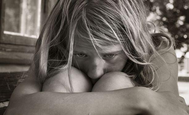 Pienille tytöille aiheutui pitkäaikaisia traumoja. Kuvituskuva.
