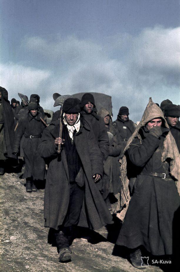 Sotavankeja matkalla maantietöihin Alakurttissa syyskuussa 1941.