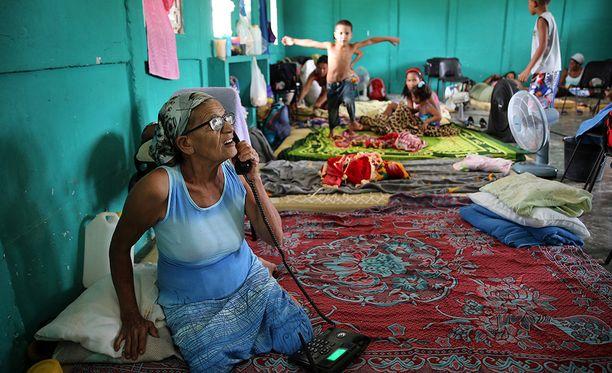 Ihmisiä on siirretty Kuubassa kodeisaan suojiin hurrikaanin alta.