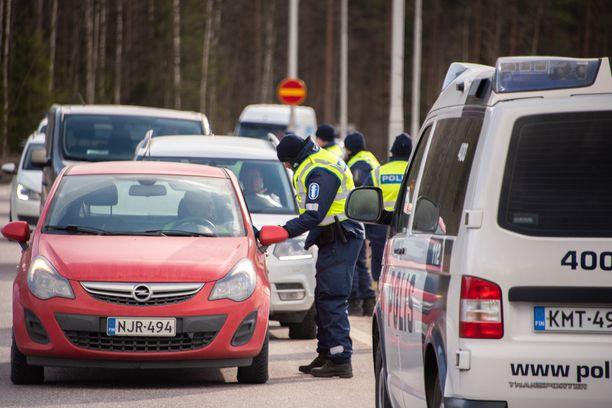 Koronan iskiessä voimalla Suomeen muun muassa Uusimaa eristettiin muusta maasta viikoiksi.