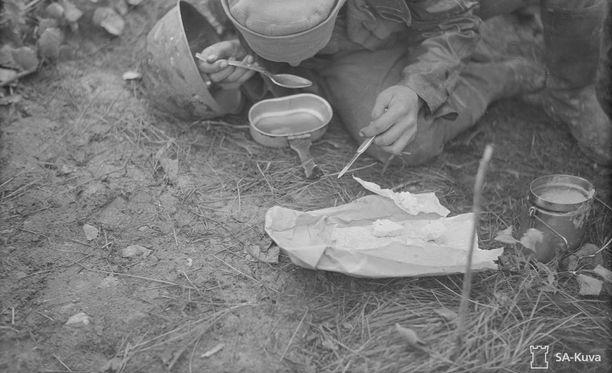 Väinö Linnan Tuntemattoman sotilaan konekiväärimiehet olivat kuvitteellisia hahmoja. Puuro maistui kummasti myös tälle todelliselle konekiväärimiehelle loppusodassa heinäkuussa 1944.