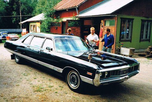 Pitkä musta Chrysler on yhä kuin uusi.