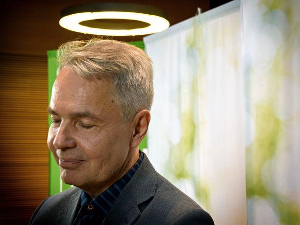 Tuore uusiopuheenjohtaja Pekka Haavisto sai heti valintansa jälkeen selitellä medialle millä keinoin vihreät saa hyvän tuloksen kevään eduskuntavaaleissa - mitä varten hänet nimen omaan valittiin. Taustalla eduskunnan lisärakennuksen Pikkuparlamentin kattovalaisin.