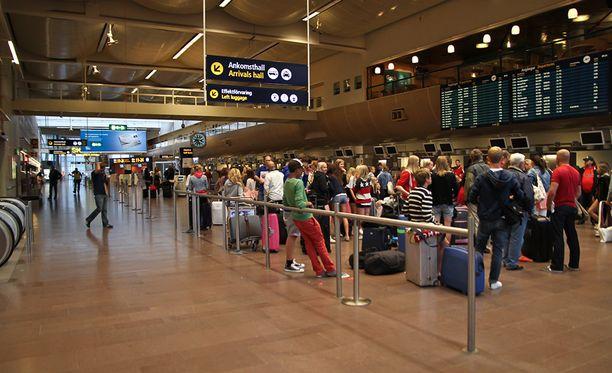 Äiti ja poika viettivät kuukauden Arlandan lentokentällä Tukholmassa.