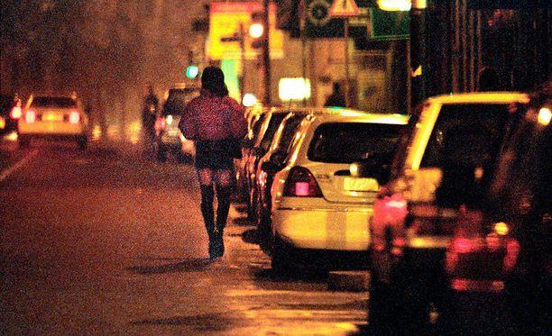 16-vuotias tyttö pakotettiin myymään itseään Aleksis Kiven kadulla Helsingissä kahden kuukauden ajan lähes joka päivä. Kuvituskuva.