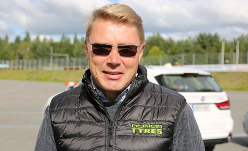 Mika Häkkinen muistuttaa, että renkaissa ei kannata säästellä - vesiliirron vaara on näin syksyllä suuri.