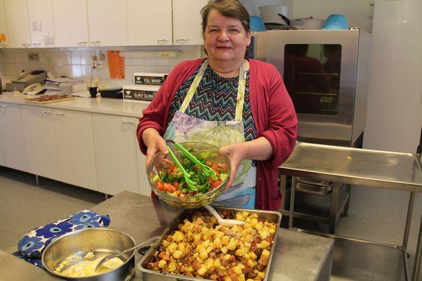 Keittäjä Terttu Sillanpää tekee maistuvaa kotiruokaa.