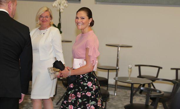 Ilman perhettään Helsinkiin saapunut Victoria hymyili aurinkoisesti kuvaajille.