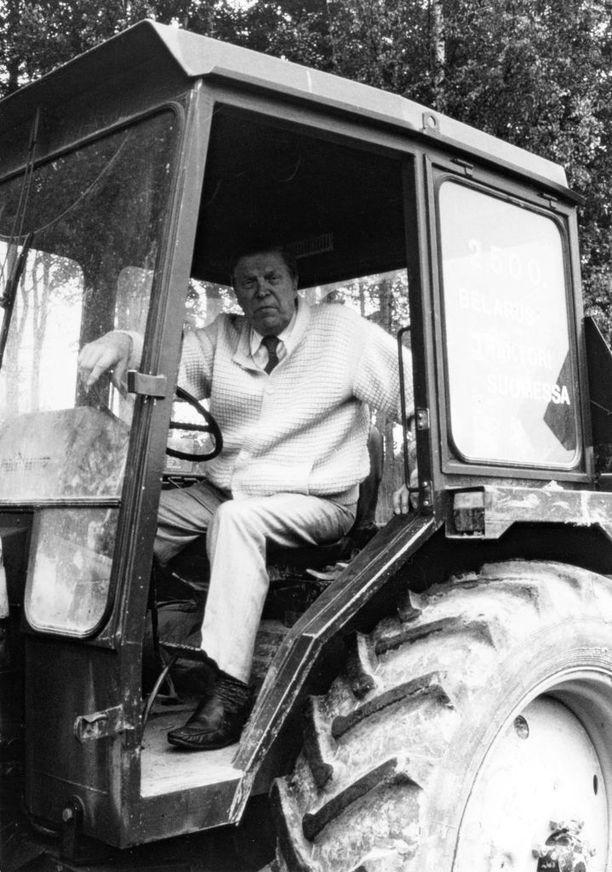 Johannes Virolainen Belarus-traktorin istuimella.
