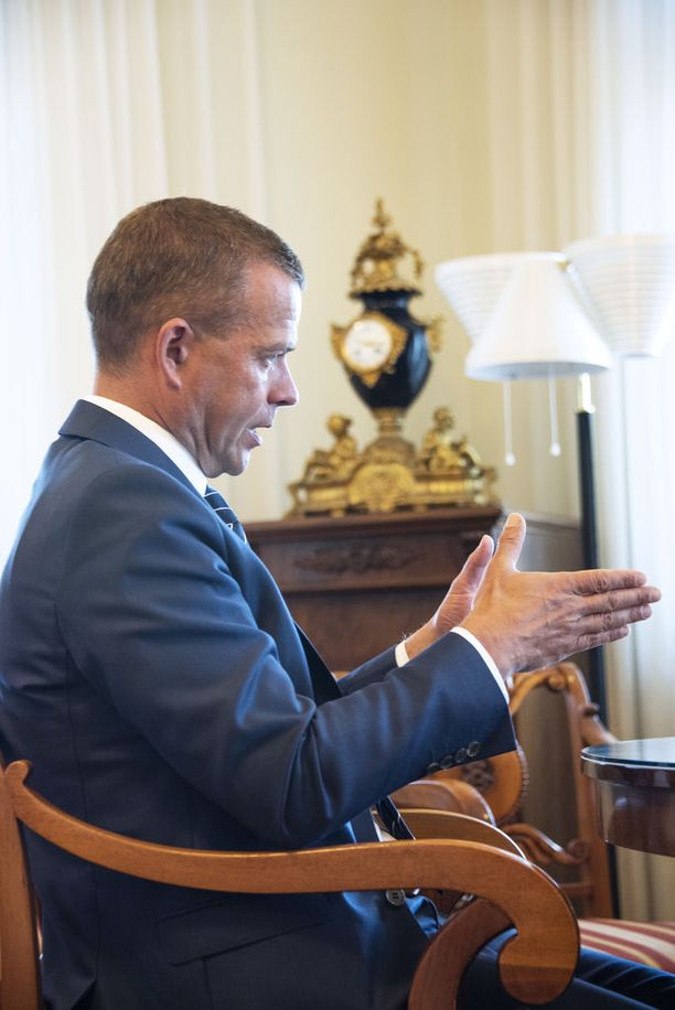 Valtiovarainministeri Petteri Orpo budjettiriihen alla työhuoneessaan Valtioneuvoston linnassa.