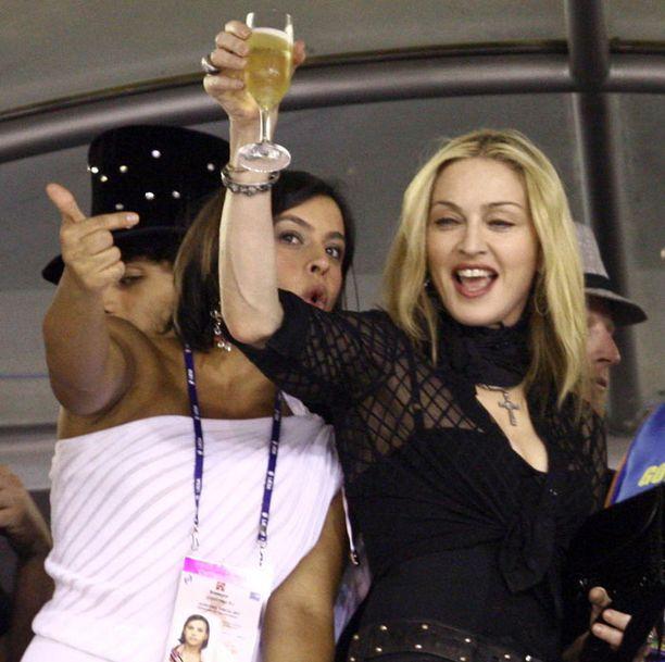 Madonna näyttää osaavan juhlimisen vielä viisikymppisenkäkin. Kuva Rion karvevaaleista helmikuulta.