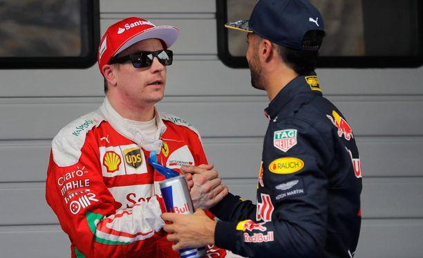 Kimi Räikkönen onnitteli lauantaina Daniel Ricciardoa aika-ajon kakkossijasta.