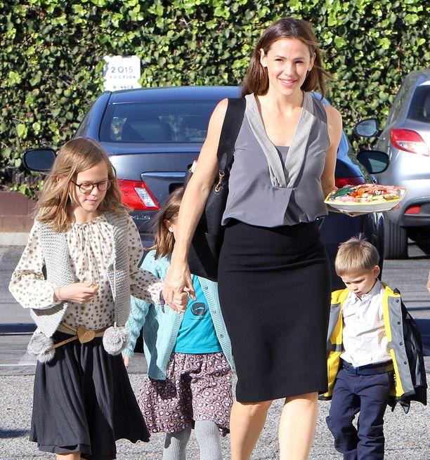Jennifer Garner yhdessä kolmen lapsensa kanssa.