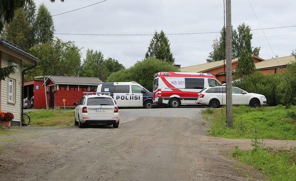 Poliisilla oli operaatio Laukaalla perheen pihassa.