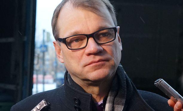 Juha Sipilä sanoi keskustan eduskuntaryhmän kokoukseen mennessään, että neuvottelut etenevät kuin juna.