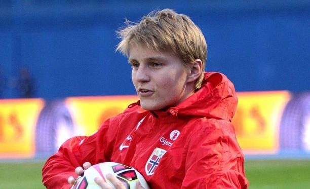 Superlupaus Martin Ödegaard saapui Real Madridiin kovan kohun saattelemana.
