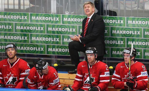 Kanadan päävalmentaja Bill Peters suitsuttaa Suomea ja Sebastian Ahoa.