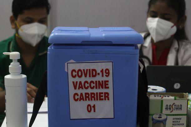 Terveydenhuollon ammattilaiset valmistelivat koronarokotteita annettavaksi Intian Mumbaissa 16. tammikuuta.