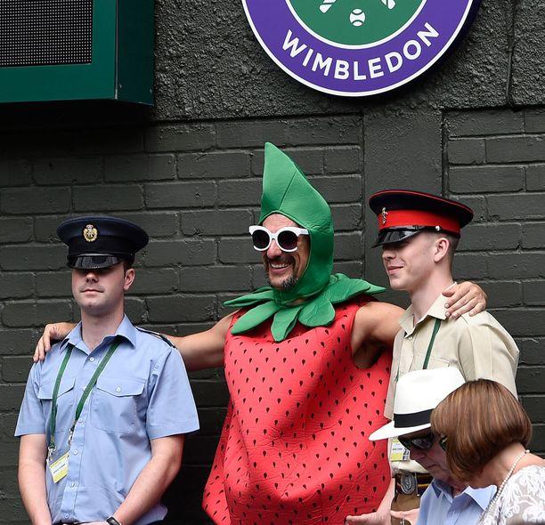 Turvamiehetkin pitävät mansikkamiehestä.
