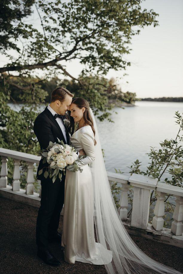Sanna Marin ja Markus Räikkönen vihittiin vuosi sitten Kesärannassa.