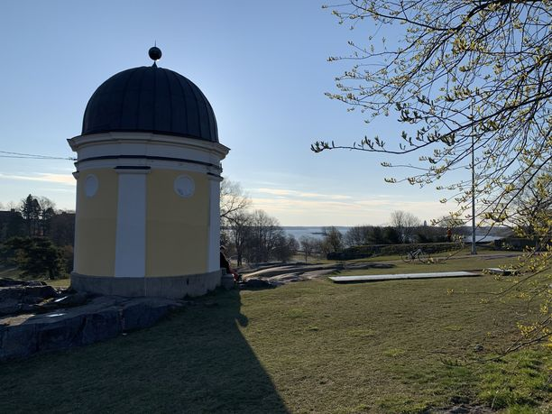 Puukotusta edelsi syytetyn kertomuksen mukaan toinen, uhrin seurueen ja syytetyn välinen riitatilanne Helsingin Kaivopuistossa.