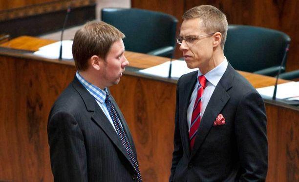 Paavo Arhinmäki ja Alexander Stubb keskustelivat eduskunnassa.