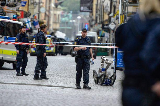 Poliisi toi paikalle pommirobotin.