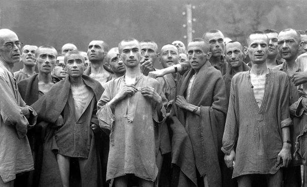 Mauthausenin leirin nälkiintyneitä vankeja vapautetaan toukokuussa 1945.