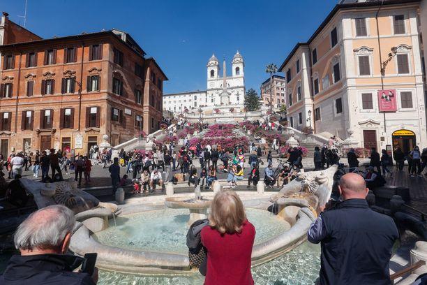 Ihmiset nauttivat auringosta viikonloppuna Rooman keskustassa Espanjalaisilla portailla.